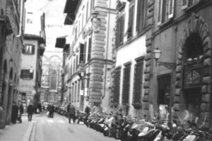 Le vespe allineate in una strada di firenze.
